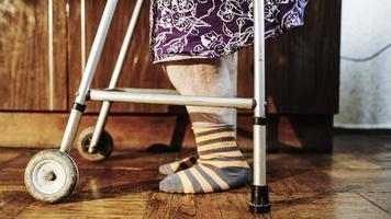 mulher idosa com andador