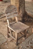 cadeira de madeira velha