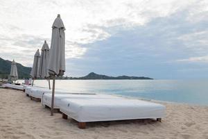 cadeiras na praia na tailândia foto