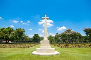 cruze no cemitério em bangkok foto