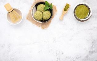 sorvete de chá verde matcha com casquinha de waffle e folhas de hortelã foto