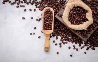 grãos de café torrados com colheres foto