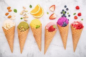 vários sabores de sorvete em cones