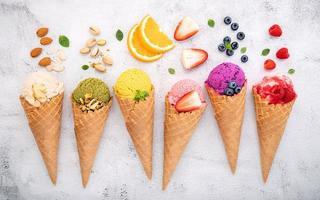 vários sabores de sorvete