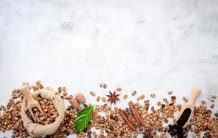 grãos de café torrados com colheres