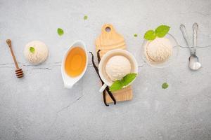 Sabor de sorvete de baunilha em tigela com vagens de baunilha