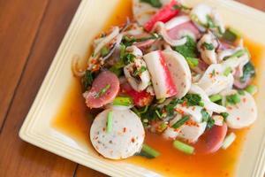 salada tailandesa misturada com especiarias foto