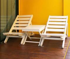 cadeiras brancas e mesa no convés foto