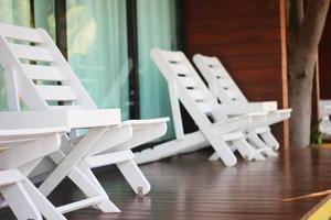 cadeiras brancas no convés foto