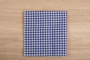 guardanapos de mesa azuis isolados no fundo branco foto