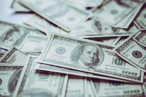 pilha de dólares, fundo de dinheiro foto