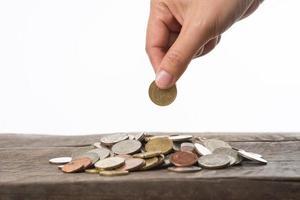mulher segurando moedas foto