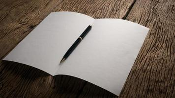 papel branco dobrado em branco na mesa de madeira foto