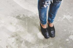 pernas de mulher em jeans denim foto