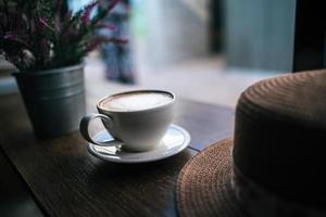 xícara de café em uma mesa em um café