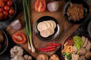 linguiça vietnamita com cebolinha, pimenta, alho e cogumelos shiitake foto