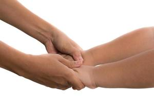 mãe segurando a mão do menino foto