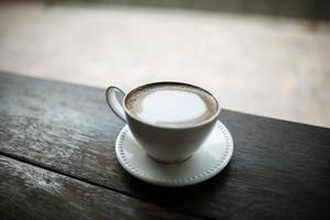 café na mesa em um café foto