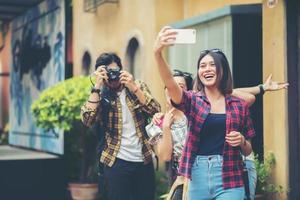 grupo de amigos tirando uma selfie em uma rua urbana se divertindo juntos