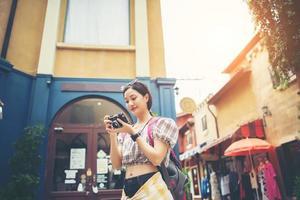 mulher jovem hippie gosta de tirar fotos em meio urbano durante a viagem