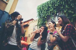 grupo de amigos felizes tirando selfies juntos em uma área urbana