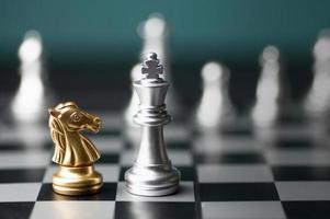 duas peças de xadrez em um tabuleiro