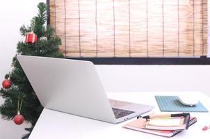 decoração de natal e mesa de escritório