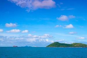 navio de carga perto da ilha foto
