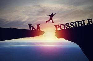 silhueta de pessoa saltando sobre o impossível