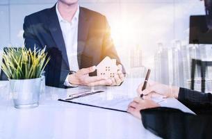 imobiliária assinando contrato de residência