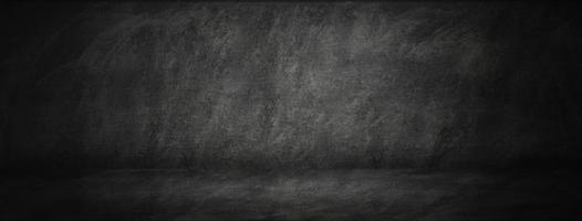 quadro de giz escuro com fundo de estúdio foto