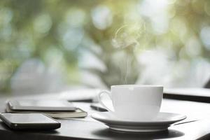 xícara de café quente na mesa de trabalho