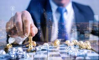 tabuleiro de xadrez com sobreposições de sinais de dinheiro foto