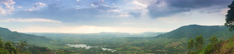 montanhas, florestas e áreas agrícolas foto