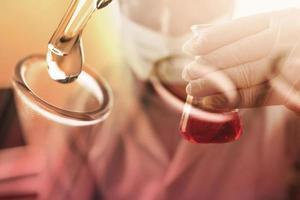 close up de vidro médico com gota química