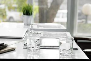 escritório e mesa de trabalho com dois copos d'água
