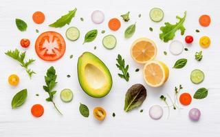 padrão de comida com ingredientes crus de salada foto