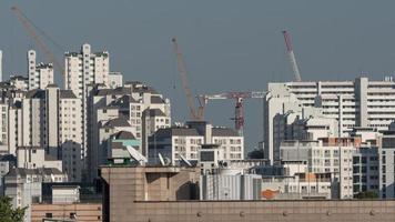 apartamentos em arranha-céus com guindastes foto