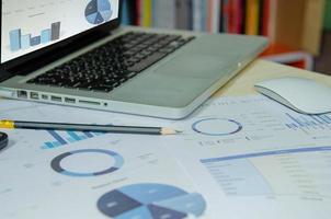 documentos de negócios e computador em uma mesa