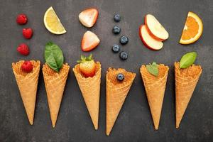 várias frutas em cones
