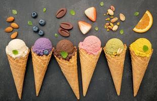 vários sabores de sorvete em cones foto