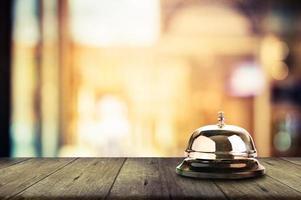 sino de serviço na mesa de madeira foto