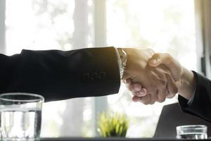 duas pessoas de negócios, apertando as mãos