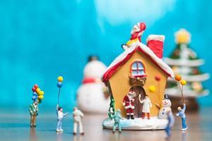 figurinhas em miniatura cena de natal foto