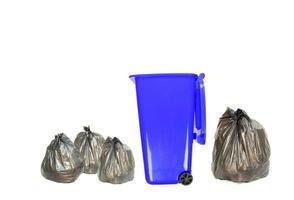 lata de lixo azul com sacos de lixo