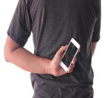 homem segurando telefone nas costas foto