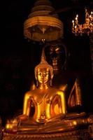 estátua de Buda em um templo na Tailândia foto
