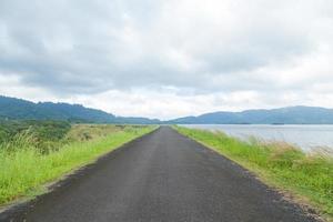 estrada reta ao longo do reservatório de água foto