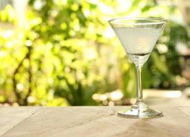 copo de martini na mesa