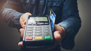 pagamento por máquina de cartão de crédito foto